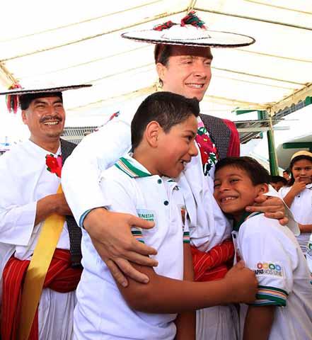 El mandatario estatal entregó paquetes escolares a niñas, niños y adolescentes de Huixtán; también hizo entrega de Bienestar Apoyo a Jefas de Familia y equipo a policías municipales.