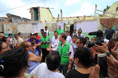 El mandatario estatal acompañado del Titular de SEDESOL, Luis Miranda, realizaron un recorrido por las zonas afectadas por el terremoto de 8.2 grados, donde constató las afectaciones materiales que sufrieron varias viviendas.