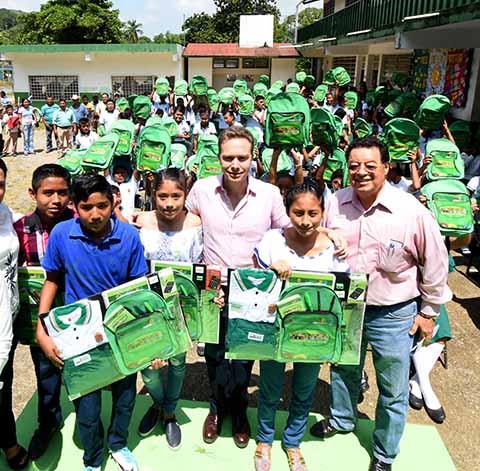 El Gobernador recorrió los municipios de Ixtapangajoya, Amatán, Chapultenango y Solosuchiapa, donde destacó que los paquetes escolares representan un ahorro en los hogares chiapanecos.