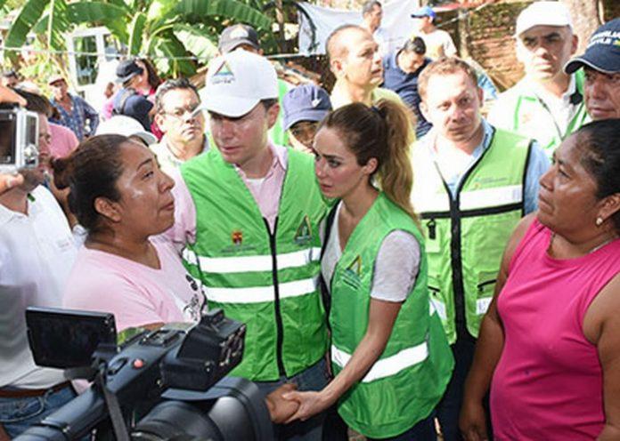 El Mandatario Estatal recorrió junto a su esposa Anahí de Velasco, los municipios de Cintalapa y Villaflores, en donde constató los severos daños que dejó el terremoto de 8.2 grados, al tiempo de destacar la labor de los comités comunitarios de Protección Civil, los cuales están alertas ante cualquier eventualidad.