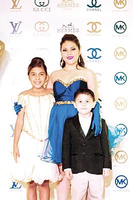 Abril y sus hermanos Azul y Guillermo.