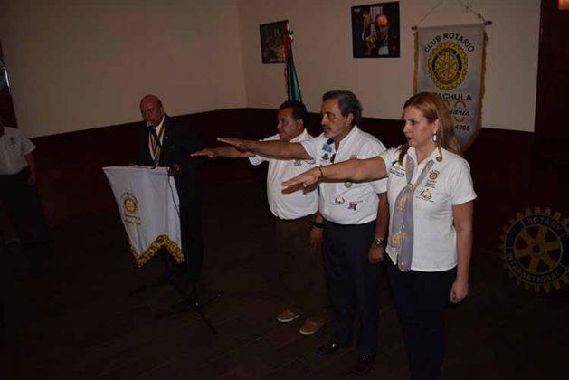 Momentos de la toma de protesta: David Chog, presidente del Club Rotario; José Gutiérrez, secretario; Karla Olmos, macero.