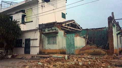 Autoridades de los tres niveles de gobierno realizaron la evaluación de daños en 16 Estados de la República que resultaron afectados por el terremoto de 8.4° ocurrido la noche del jueves; hasta el cierre de la edición, la cifra de muertos era de 64, de los cuales 45 son de Oaxaca, 15 en Chiapas, y 4 en Tabasco. Ver pags. 3, 4, 16, 17, 18 y 59