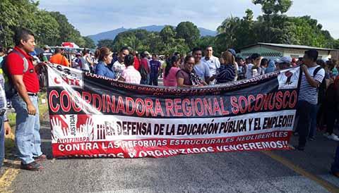 Maestros adheridos a la CNTE, realizaron el cierre de importantes vías en ambos estados, con motivo del V Informe de Gobierno de Peña Nieto; en los bloqueos se manifestaron en contra de las Reformas Estructurales del Gobierno Federal.