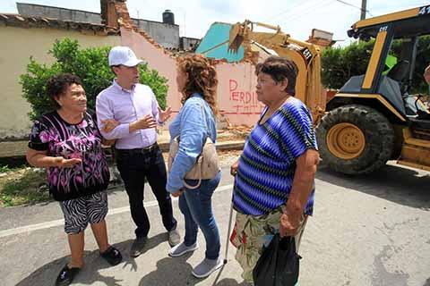 El Gobernador continuó su recorrido visitando a las familias damnificadas por el terremoto; en los municipios de Arriaga y Berriozábal atestiguó el inicio de la demolición de viviendas afectadas