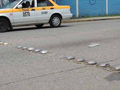 Conductores solicitan a vialidad municipal repare el desperfecto.