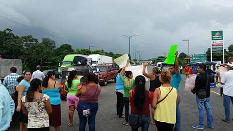 Comuneros Bloquean la Carretera Costera Exigiendo Cierre de Cantinas