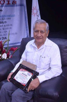 Carlos Lau, recibió reconocimiento de parte del Colegio de Contadores Públicos de Chiapas por su participación como moderador en el tema Zonas Económicas Especiales.