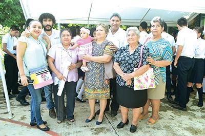 Familiares, amigos y compañeros de trabajo felicitaron a Adolfo Corres por su jubilación.