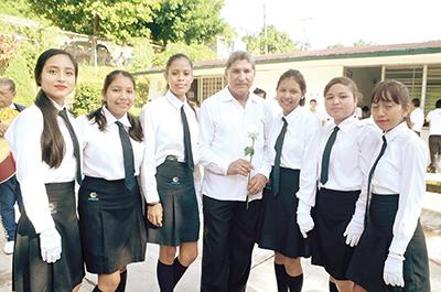 La foto del recuerdo con sus alumnas.