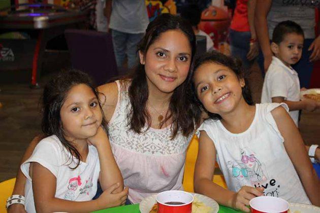María Regina Martínez, Laura Flores, María Renata Martínez.