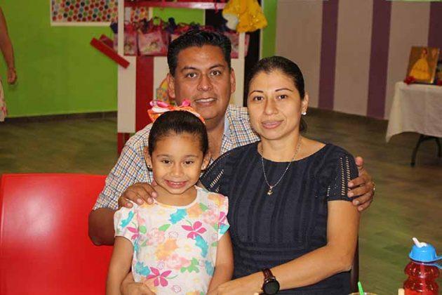 Regina, Sergio Flores, Mayra Mercado.