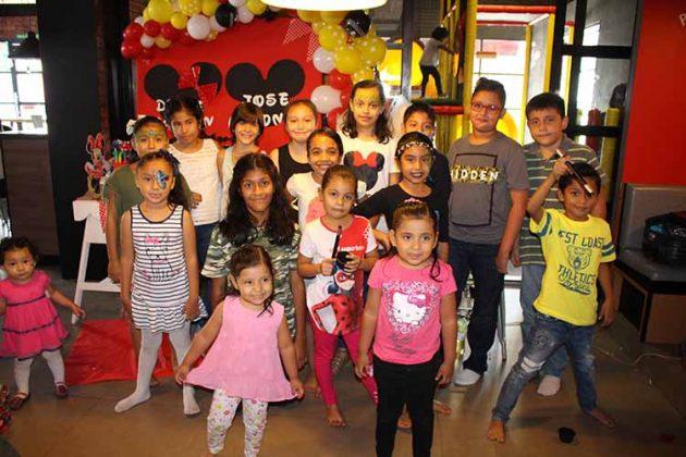 José Antonio & Dulce Hipólito junto a algunos de sus invitados.