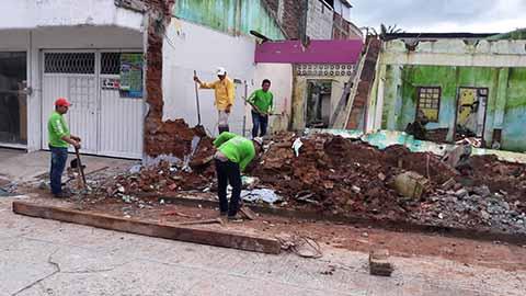 Después de que las autoridades de Protección Civil realizaran los dictámenes de riesgo en las viviendas que resultaron con daño total por el sismo de 8.2 grados, se inició con la demolición de las casas no habitables, ahora se espera que lleguen los recursos para la reconstrucción.Después de que las autoridades de Protección Civil realizaran los dictámenes de riesgo en las viviendas que resultaron con daño total por el sismo de 8.2 grados, se inició con la demolición de las casas no habitables, ahora se espera que lleguen los recursos para la reconstrucción.