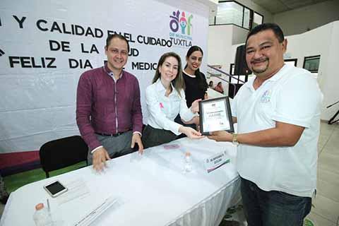 Reconocen Fernando Castellanos y Martha Muñoz a médicos en su día