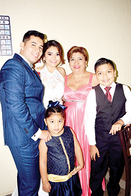 Los recién casados en la foto con Teresa Liévano, Luis Martínez y Sofía Martínez.