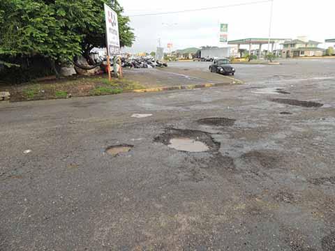 Enormes baches hacen peligrosa la circulación de automovilistas.
