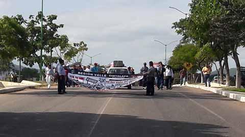 Marcha en Cintalapa Maestros y Padres de Familia, Exigen Reparación de Escuelas