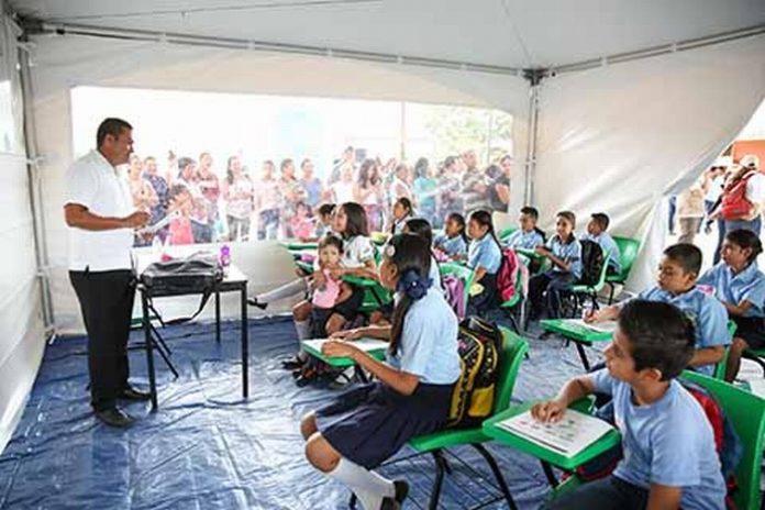 Al cumplirse un mes del terremoto que azotó a Chiapas y Oaxaca, el mandatario estatal destacó que uniendo esfuerzos la federación y el gobierno estatal, se logrará recuperar las clases, brindando aulas seguras para los estudiantes.
