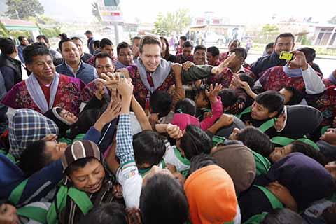 En visita al municipio de Zinacantán, el mandatario estatal entregó uniformes, mochilas y útiles escolares gratuitos a niñas y niños; así también mujeres de este municipio recibieron el programa Prospera.