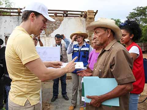 En gira de trabajo por Jiquipilas, el gobernador y el titular de la Sedesol, Luis Miranda, entregaron tarjetas para la reconstrucción de viviendas.