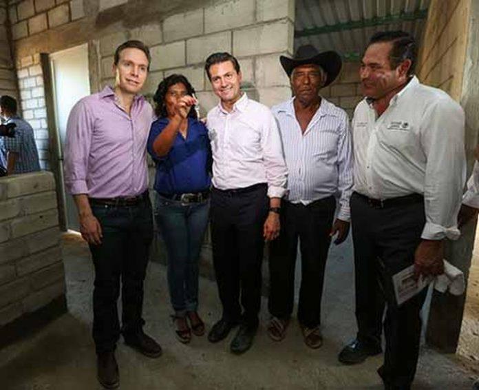 En gira de trabajo por el municipio de Tonalá, el Presidente Enrique Peña Nieto y el gobernador Manuel Velasco, supervisaron los avances de los trabajos de la reconstrucción.