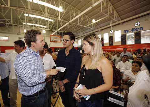 El gobernador Manuel Velasco Coello encabezó ayer una intensa gira de trabajo en los municipios de Suchiate y Tapachula, donde entregó recursos económicos damnificados del terremoto del pasado 7 de Septiembre, entre ellos a empresarios y campesinos.