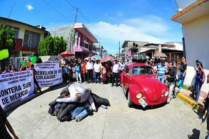 Más de mil 200 familias bajaron a la cabecera municipal de Cacahoatán, expresando indignación por los atropellos que viene cometiendo la paraestatal, con tarifas exorbitantes imposibles de seguir pagando.