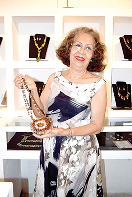 """Martha de Coss, mostrando el collar llamado """"Panal""""."""