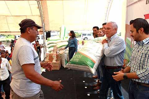 Manuel Velasco Coello, Cumple a Productores de Berriozábal con la Entrega de Insumos Agrícolas