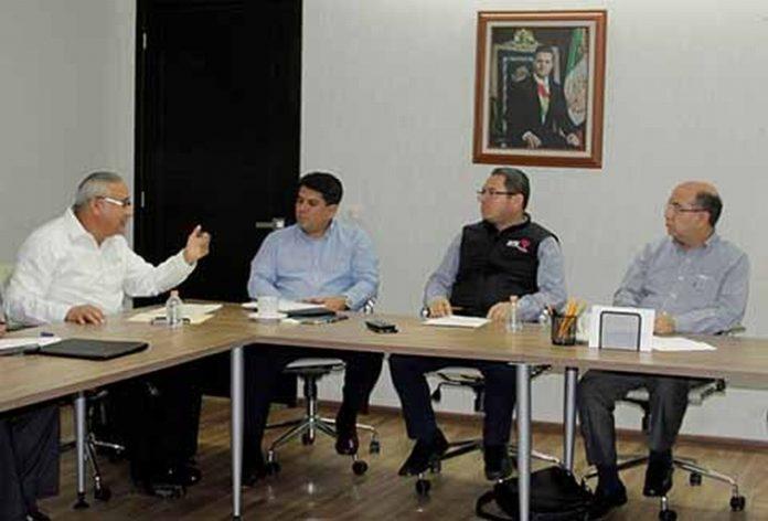 En reunión de trabajo con funcionarios del Instituto Nacional Electoral y de la Fiscalía General del Estado, el secretario de gobierno Juan Carlos Gómez Aranda, destacó el compromiso del Gobernador Manuel Velasco, rumbo a las elecciones del 2018.