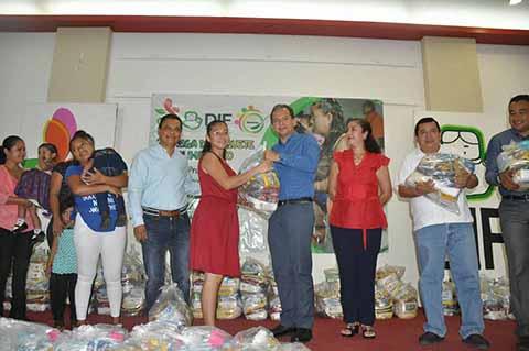 Entrega Rebeca León Almanza Paquetes Alimentarios en Cacahoatán