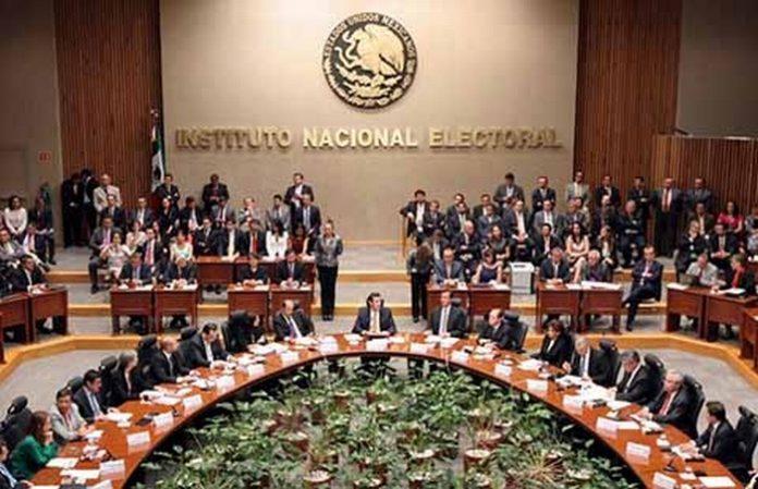 Diez consejeros del INE rechazaron la propuesta de uno de sus compañeros de donar el 5% de su salario a los damnificados por el sismo, así como eliminar el gasto de 42 mdp presupuestados para el 2018 para destinarlo a la reconstrucción.