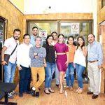 """Liz Vega posó para la foto con el equipo """"EL ORBE""""."""