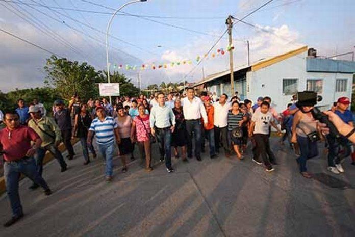 El gobernador Velasco realizó una intensa gira de trabajo por los municipios de Acapetahua, Acacoyahua, Tuzantán y Tapachula, donde entregó apoyos a familias, estudiantes y damnificados por el terremoto, además de inaugurar diversas obras.