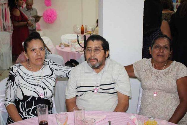 Nely Pinto, Oscar Alvarado, Carmen Pinto.