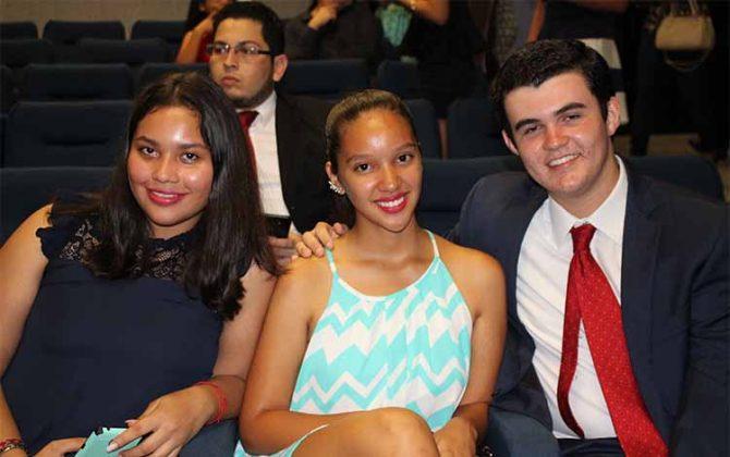 Stephanie Navarro, Alexa Ruiz, Diego Pineda.