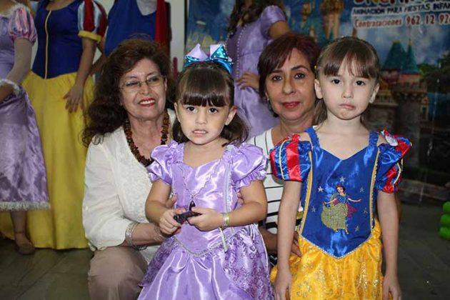 Las cumpleañeras posan con sus felices abuelas: Rosalinda Monzón & Lidia Mota.