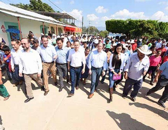 En gira por Villaflores, el gobernador Manuel Velasco Coello y el secretario de Hacienda y Crédito Público (SHCP), José Antonio Meade Kuribreña, visitaron la localidad Cuauhtémoc donde verificaron el avance de la atención de los afectados por el terremoto pasado.