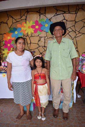 La foto con los abuelitos Roberto Cabrera y Florinda de la Cruz.