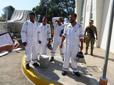 Elementos de la Secretaría de Marina-Armada de México, pusieron bajo resguardo en Puerto Chiapas a cuatro pescadores que fueron rescatados a más de 400 kilómetros de las costas mexicanas por otro barco mercante, luego de que naufragaran por 10 días en su embarcación.