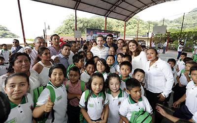El Mandatario Estatal entregó uniformes, mochilas y útiles escolares a niñas, niños y jóvenes de la Sierra Madre de Chiapas; además otorgó uniformes y equipamiento de Protección Civil para apoyar en la reconstrucción.