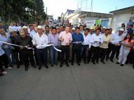 El gobernador Manuel Velasco entregó vialidades, apoyos a jefas de familia y útiles a estudiantes del municipio de La Independencia; reiteró que ninguna escuela afectada por el sismo quedará sin ser atendida.