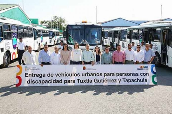 El gobernador Manuel Velasco Coello encabezó la entrega de 10 unidades de transporte público nuevos y totalmente adaptados para personas con discapacidad, que circularán en las ciudades de Tapachula y Tuxtla Gutiérrez.