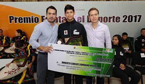 El ejecutivo estatal otorgó reconocimientos y estímulos económicos a atletas que han puesto en alto el nombre de Chiapas.
