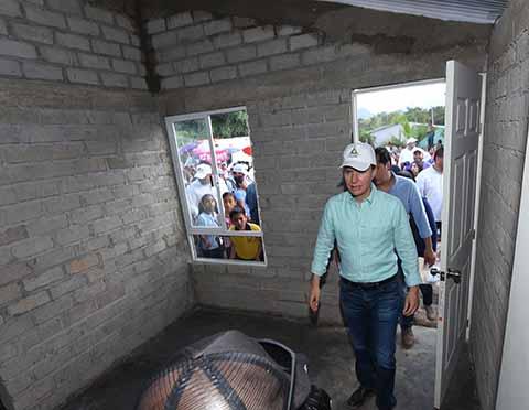 Acompañado del titular de Sedesol y el Director del ISSSTE, el Gobernador tomó protesta al Comité de Mujeres Vigilantes para la reconstrucción; también otorgó tarjetas del Bansefi para familias afectadas en el Municipio de Ángel Albino Corzo.