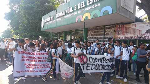 Con marcha por las principales calles de la ciudad, la comunidad estudiantil, padres de familia y catedráticos exigieron la renuncia del director Manuel de Jesús Ruiz Argüello, a quien acusan de malos manejos de los recursos y corrupción en la institución.
