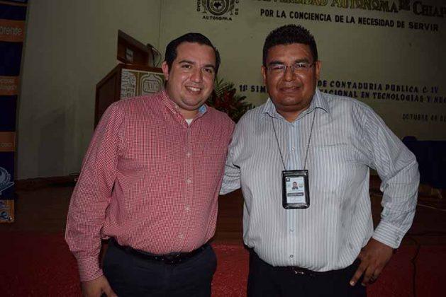 Cristian Castillo, secretario Académico Contaduría de la UNACH; Mario Rivera, conferencista.