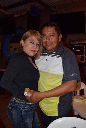 Mirna Mora festejando con su esposo Juan Carlos Guevara.