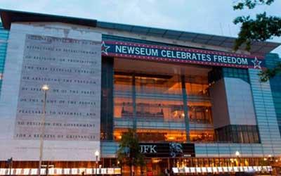 El Newseum es un museo interactivo de noticias y periodismo que se encuentra en la Avenida Pennsylvania, en Washington D. C. El edificio de siete plantas cuenta con 15 teatros y 14 galerías. Alberga la mayor colección de fragmentos del Muro de Berlín fuera de Alemania. En la galería de portadas del día se pueden apreciar más de 80 periódicos internacionales. Otras galerías retratan grandes acontecimientos que fueron cubiertos por la prensa, como la tragedia del 11 de Septiembre y otros hechos relevantes en la historia del periodismo como la Primera Enmienda, la historia de Internet, de la radio y la televisión.  Abrió sus puertas al público el 18 de abril de 1997 en Rosslyn, Virginia.. El Newseum fue fundado por el Fórum de Libertad, una fundación sin ánimos de lucro comprometida con la libertad de imprenta y de expresión.